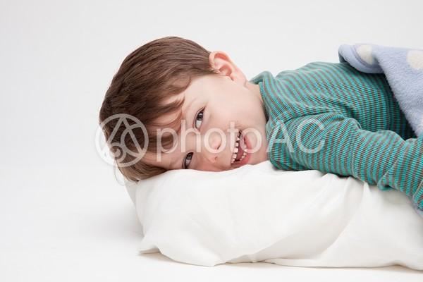 寝そべる男の子4の写真