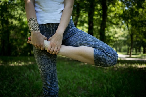 外国人 外人 女性 女 ヨガ ストレッチ エクササイズ フィットネス ストレッチ 健康 体操 温まる 痩せる 鍛える 精神 体 屋外 森 森林 木 樹木 植物 緑 集中 姿勢 ゆったり 足