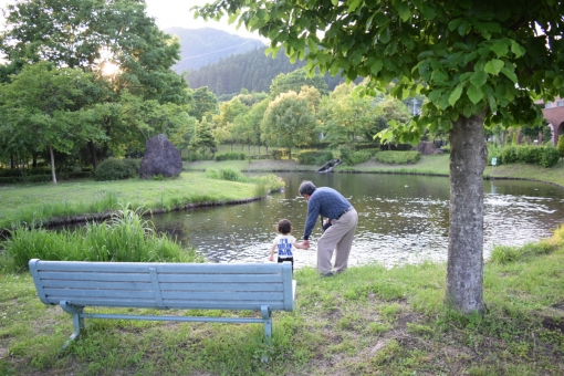 おじいさん お爺さん おじいちゃん お祖父ちゃん 祖父 孫 まご 赤ちゃん あかちゃん 子供 公園 池 ベンチ 椅子 新緑 自然 緑