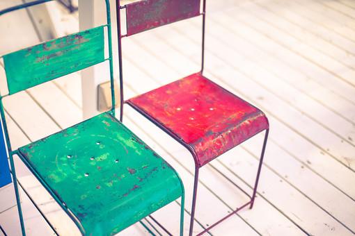 椅子 チェア アンティーク レトロ シャビーシック ペイント ペンキ 塗装 剥げた 古い 古びた リサイクル 再生 赤 緑 ポップ カラフル 雑貨 インテリア 家具 インテリアショップ 雑貨屋 白い床 フローリング トイフォト トイカメラ トイデジ ボケ味