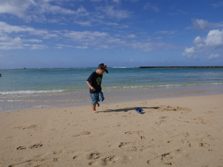 ハワイ オアフ ヒルトン ビーチ 砂浜 走り回る 子供 青空
