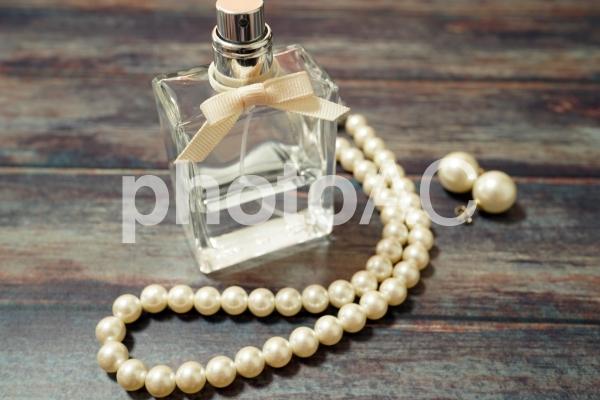 香水とパールの写真