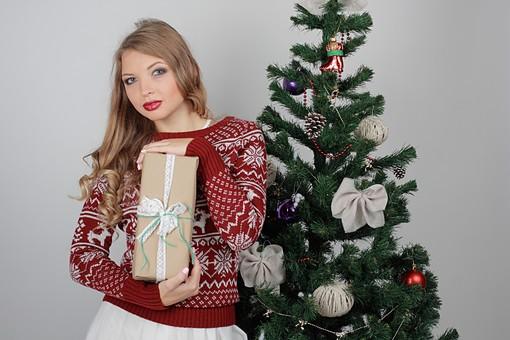 白バック 白背景 グレーバック 外国人 白人 金髪 ブロンド 20代 30代 女性 セーター ニット ノルディック柄 スカート クリスマス Christmas X'mas クリスマスツリー ツリー モミ もみの木 樅の木 モミの木 飾り オーナメント ボール リボン ブーツ 松ぼっくり 立つ プレゼント 箱 ボックス 贈り物 BOX 持つ カメラ目線 mdff129