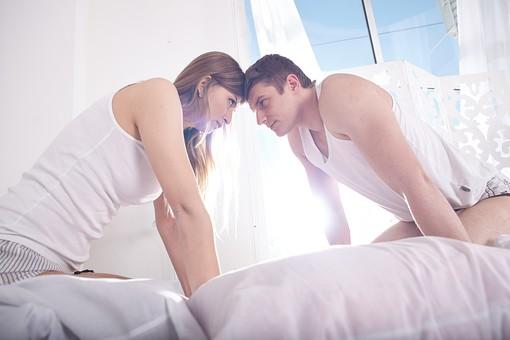人物 外国人 外人 カップル 恋人  夫婦 大人 男女 20代 30代  モデル 生活 暮らし 屋内 室内  部屋 寝室 ベッドルーム ベッド 朝  目覚め 眠り 信頼 愛 LOVE 向き合う 見つめ合う にらめっこ 睨めっこ 額 喧嘩 mdfm059 mdff103