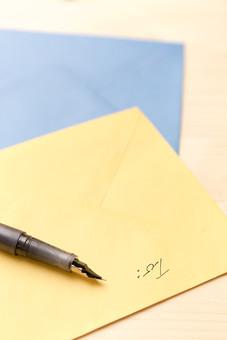 文具 ペン 万年筆 ペン先 ペンポイント グリップ 色紙 手紙 レター 黄色 青 ステーショナリー 文房具 小物 筆記 書く 描く 記す 置く したためる 手書き 記入 執筆 愛用 書斎 学校 教室 事務 オフィス 机 テーブル デスク 卓上 接写 室内 屋内
