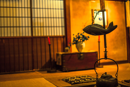 風景 屋内 スケッチ 影 光 置く 冬 季節 シーズン 寒い 火 温まる 燃える 暖かい 古い 民家 家 建築 日本 和風 家屋 いろり 炉 迎える ほっとする 癒し