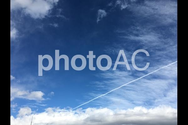 飛行機雲の写真