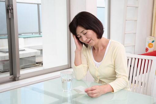 シニア 老人 おばあちゃん おばあさん 中年 病気 熱 発熱 つらい 風邪 かぜ 疲れ だるい 薬 くすり 粉 粉薬 水 女性 頭痛 コップ テーブル 症状 体調不良 健康 日本人 60代 暮らし 生活 人物 シニアライフ mdfs002