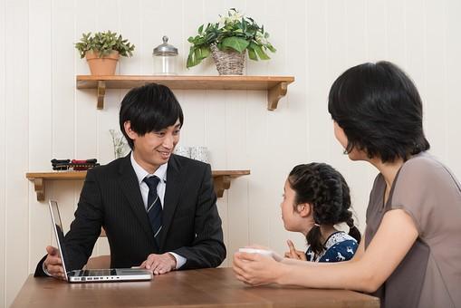 人物 日本人 親子 お母さん ママ こども 子供 女の子 小学生 家庭教師 先生 学習塾 教育 面談 相談 成績 説明 資料 話 パソコン 自宅 家 屋内 室内 部屋 テーブル  笑顔  mdjf017 mdfk014 mdjm005