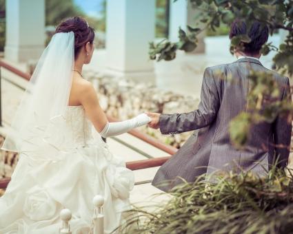 結婚 結婚式 エスコート ベール ウェディングドレス ウェディング 花嫁 花婿 カップル 夫婦 タキシード 女性 男性 屋外 前撮り 後ろ姿 守る 未来
