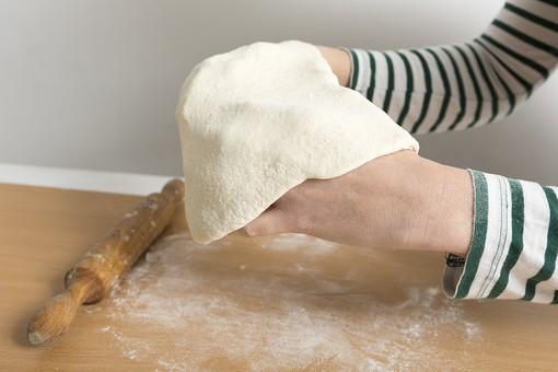 食べ物 飲食 食事 料理 イタリアン イタリア料理 ピザ ピッツァ 料理 調理 クッキング キッチン 台所 手作り ホームメイド 自家製 小麦粉 生地 ピザ生地 複数 アップ 材料 素材 食品 人物 手 伸ばす 麺棒 打ち粉