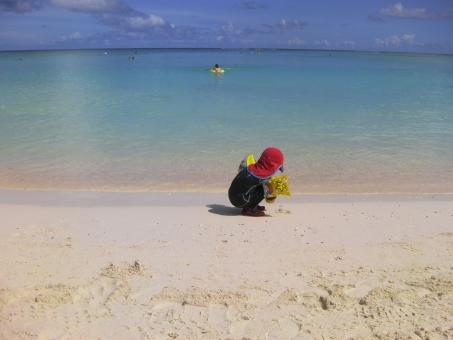 グアム こども 砂浜 旅行 ラッシュガード スイムキャップ ビーチ 青空 青 スカイブルー 子ども 子供 タモン タモンビーチ 幼児 男の子 男子 男児 砂遊び 青い海 アームリング 海 のんびり 背景 ビーチリゾート 遊び ブルー 水平線