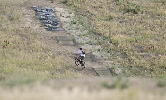 自転車 じてんしゃ サイクリング ロードバイク 男性 人物 スポーツ 運動 乗り物 トレーニング 屋外 サイクルウェア 自然 練習 トライアスロン 植物 景色 広場 タイヤ マウンテンバイク アウトドア 趣味 秋 階段
