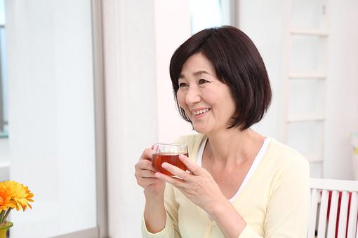 マダム おばさん 熟年 中年 老人 笑顔 スマイル 人物 女 おばあちゃん 茶 休憩 3時 紅茶 日本人 60代 お茶 カップ ティータイム 休憩 リラックス 笑顔 スマイル テーブル 飲み物 ドリンク 飲食 暮らし 生活 ライフスタイル シニアライフ mdfs002