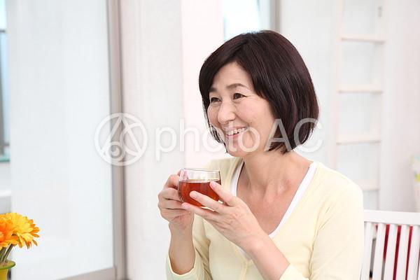 お茶を飲むシニア女性1の写真