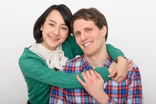 国際結婚 日本人  外国人 人物 2人 男性 女性 カップル 男女  黒髪 ショートヘア  茶髪 短髪  カーディガン 緑 みどり  リボン  シャツ  チェック      身長差   笑顔 幸せ  しあわせ  ハッピー 嬉しい うれしい 楽しい たのしい 抱きつく 後ろから抱きつく だきつく 抱きしめる だきしめる 背後 仲良し なかよし  並ぶ スキンシップ 愛情 愛する2人  ラブラブ 上半身   白バック  白背景 mdjf017 mdfm073
