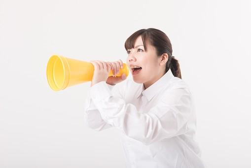 日本人  女性 一名 一人 1人 ぽっちゃり 肥満 ダイエット 痩せる 痩せたい 目標 ビフォー アフター 太っている 太り気味 メタボ メタボリックシンドローム 脂肪 体系 ボディー 白バック 白背景 シャツ 応援 頑張れ 気合い 警告 メガホン アップ 応援する やる気 叫ぶ 話す 声 横向き 口を開ける mdjf020