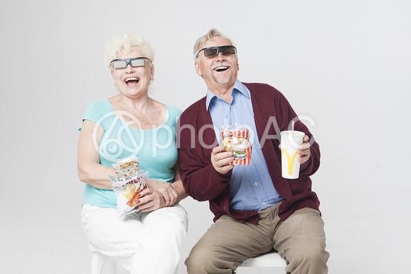 3D映画を見る外国人シニアカップル9の写真