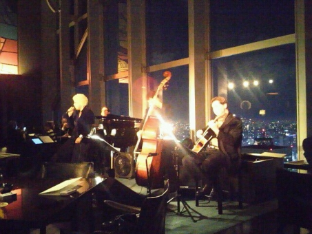 ジャズ演奏 コントラバス jazz ジャズピアノ パークハイアット 新宿 ニューヨークグリル レストランバー ニューヨークバー ラグジュアリーホテル アンプラグド ピークバー