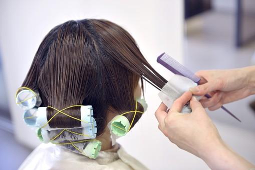 人物 女性 日本人 若い 若者   20代 お客 モデル カットモデル 美容室   美容院 ヘアーサロン  仕事 職業 美容師   屋内 お店 店内 パーマ セミロング   美容 ビューティー おしゃれ オシャレ ロット カーラー 巻く 後ろ姿 後姿 後頭部