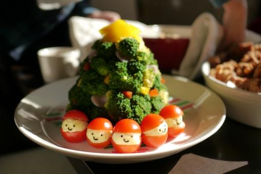 クリスマス クリスマスサラダ サラダ ブロッコリー ミニトマト プチトマト サンタ サンタさん キャラ弁 クリスマスパーティー パーティー クリスマスツリー ツリーサラダ 手作り ランチ 子供 喜ぶ 美味しそう 楽しい 可愛い カラフル イベント 簡単 料理 ごちそう ご馳走 食べ物 パーティー料理 メニュー レシピ ツリー