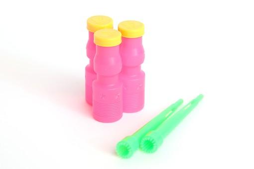 シャボン玉 しゃぼん玉 子供 遊び 玩具 おもちゃ 景品 容器 ボトル ストロー 吹き口 水溶液 シャボン液 石鹸水 懐かしい 思い出 楽しい ピンク 黄色 緑 カラフル ポップカラー 白背景 白バック スタジオ撮影