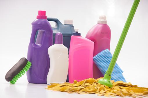生活 暮らし 家 家庭 住宅 掃除 清掃 ハウスクリーニング ハウスキーピング 屋内 室内 白背景 白バック 掃除道具 掃除用品 家庭用品 洗剤 液体 ボトル 磨く 汚れ ブラシ たわし ふきん 布巾 雑巾 ぞうきん  家事 モップ 床掃除 床 フローリング
