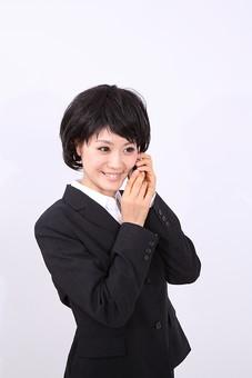 サラリーマン 女 女性 会社員 若者 女子  スーツ 部下 営業 OL 社会人 ビジネス 人物 社員 日本人 20代 仕事 カツラ かつら ウィッグ 笑顔 スマイル スマホ スマートフォン スマートホン アイホン アイフォン iPhone 笑顔 スマイル 電話 スタジオ 白バック 白背景 mdjf028