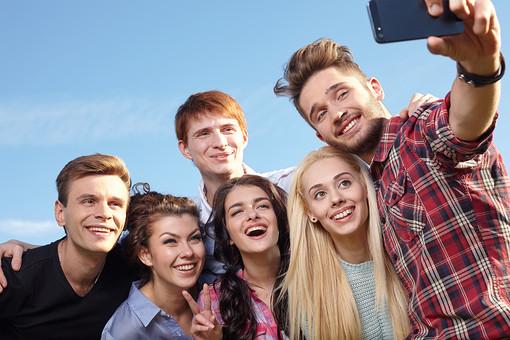 人物 外国人 モデル 男性 女性  男女 複数 グループ 仲間 友達  20代 若者たち 大学生 屋外 野外  草原 青空 ファッション カジュアル 集まる 集合 記念撮影 写真 スマホ スマートフォン カメラ 記念写真 笑顔 仲良し 青春   mdff025 mdff026 mdff027 mdfm007 mdfm008 mdfm009