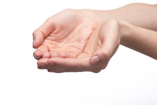 手 両手 手指 手の平 掌 手首 ハンド 肌 素肌 合わせる 揃える 付ける 差し出す あげる 渡す 受ける 受け取る もらう 受け止める すくう すくい上げる 伸ばす 受け手 手中 掌中 素手 ハンドポーズ ポーズ ハンドパーツ パーツ 白バック 白背景