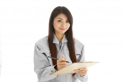 人物 日本人 女性 女の子 20代  モデル かわいい 美人 ロングヘア 作業服  作業着 スタジオ撮影 白バック 白背景 仕事  技術職 ガテン系  ファイル 資料 バインダー メモ チェックシート 確認 ペン 書く 記入 調査 笑顔 スマイル mdjf019