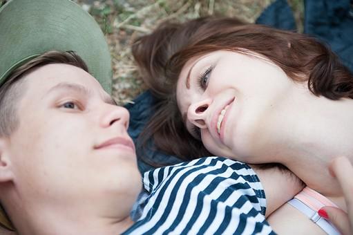 外国人 人物 カップル デート 男女 二人 美女 美男 男性 女性 白人 仲良し ラブラブ  屋外 野外 公園 自然 パーク 半袖 春 夏 秋 帽子 ボーダー 見つめる 見つめ合う 寝転がる 顔アップ 芝 mdfm001 mdff001
