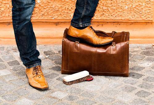 男性 男 男子 メンズ 10代 20代 30代 おしゃれ オシャレ お洒落 物語 風景 靴 旅行 カバン トランク 旅 旅立つ 屋外 室外 外 外出 出かける 遠出 アンティーク 待ち合わせ 待つ 待ちぼうけ 約束 足 足元 靴磨き ブラシ 身だしなみ