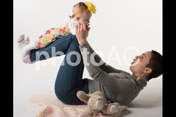 赤ちゃんを足に乗せるお母さん1の写真