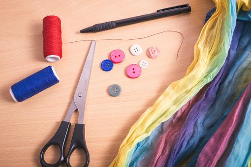 ソーイング 縫い物 裁縫 洋裁 手芸  手仕事 裁縫道具 裁縫用品 アップ 素材  趣味 ハンドメイド ホビー 生活 暮らし  小物 手縫い ファッション 縫う 針仕事  糸 糸巻き ボタン 布 ボタンつけ 洋服 カラフル 鋏 はさみ ハサミ ペン