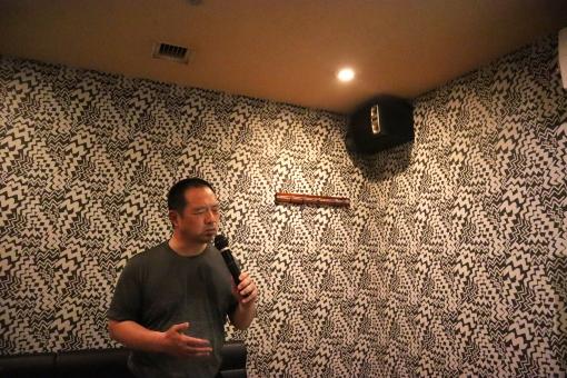 カラオケボックスで歌を歌う男性の写真