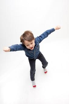 人物 こども 子ども 子供 男の子   少年 幼児 外国人 外人 かわいい   無邪気 あどけない 屋内 スタジオ撮影 白バック   白背景 ポートレート ポーズ キッズモデル 表情  シャツ  カジュアル  全身 動き アクティブ 手を広げる 手を上げる 俯瞰 元気 mdmk010