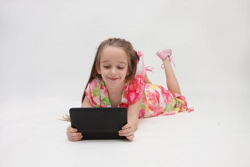 人物 こども 子供 女の子 少女  外国人 外人 キッズモデル あどけない かわいい   屋内 スタジオ撮影 白バック 白背景 長髪  ロングヘア ポートレイト ポートレート 表情 ポーズ ワンピース タブレット パソコン PC 操作 見る 寝そべる 寝転ぶ 楽しい 興味 mdfk016