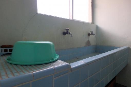 洗面 水回り 水道 洗面器 タイル 青 モルタル アパート 下宿 昭和 レトロ