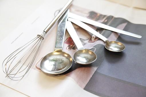 小物 器具 調理器具 キッチン シルバー 銀 使う 道具 キッチン用品 台所 機能 ナチュラル シンプル 料理 調理 製菓 お菓子作り 準備 丁寧 こだわり 洋風 計量 量る 混ぜる 計量スプーン ホイッパー 泡だて器 技術