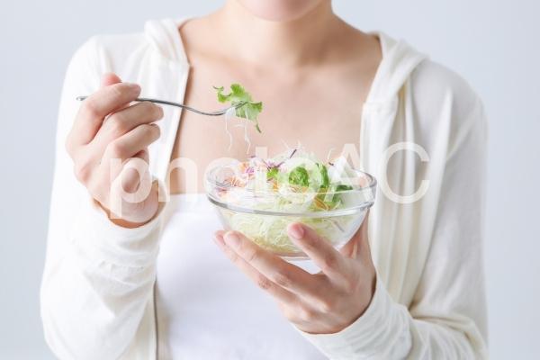 サラダを食べる女性の写真