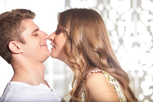 人物 外国人 外人 カップル 恋人  夫婦 大人 男女 20代 30代   モデル 生活 暮らし 屋内 室内   部屋 横向き 向き合う 見つめる 見つめ合う 愛 LOVE 幸せ 幸福 ラブラブ ハッピー 目を閉じる キス KISS mdfm059 mdff103