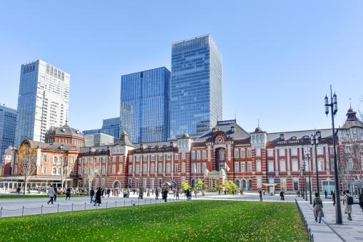 東京駅と丸の内広場の写真