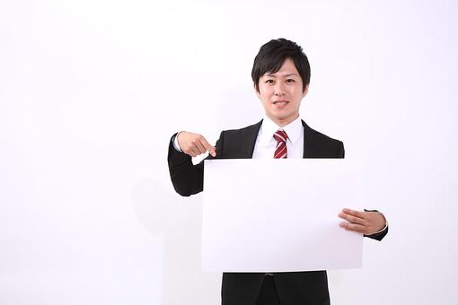 サラリーマン 男 男性 会社員 若者 男子 青年 スーツ 部下 ネクタイ 背広 営業 営業マン 社会人 ビジネスマン ビジネス 人物 社員 日本人 若い 新入社員 20代 仕事 真面目 紙 案内 指差し 笑顔 スマイル mdjm004