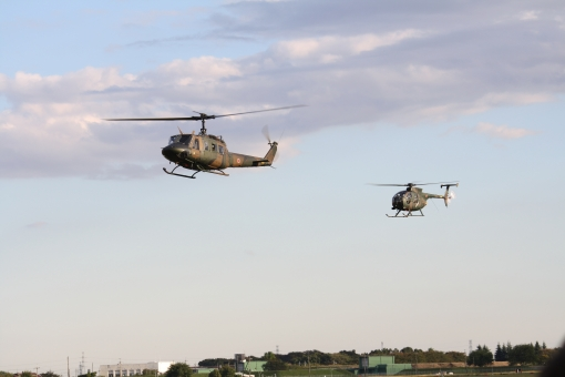 自衛隊 航空 空 迷彩 ヘリ 陸上 飛行