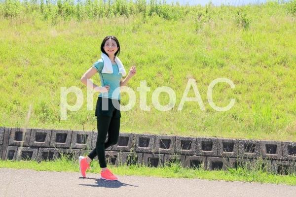 運動習慣と笑顔の女性の写真