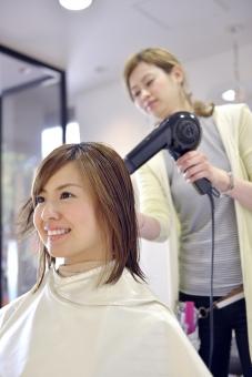 人物 女性 日本人 若い 若者   20代 お客 モデル カットモデル 美容室   美容院 ヘアーサロン  仕事 職業 美容師   屋内 お店 店内 カット ヘアカット セミロング   美容 ビューティー おしゃれ オシャレ 髪の毛 乾かす ドライヤー ブロー mdjf003 mdjf025
