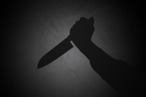 人物 腕 手 部分 アップ 武器 凶器 ナイフ 包丁 刃物 持つ 殺人 傷害 暴行 暴力 犯罪 犯行 バイオレンス 脅し 恐怖 刺す 事件 振りかざす 影 シルエット 黒バック 黒背景 ミステリー サスペンス