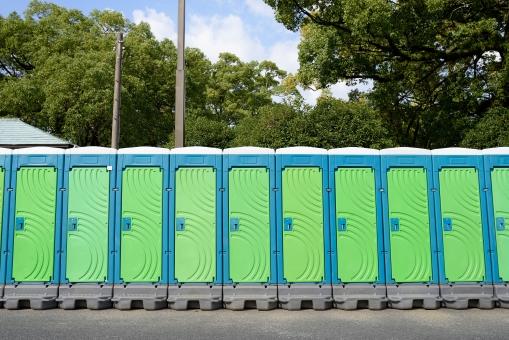 トイレ 簡易トイレ 仮設トイレ お手洗い 便所 仮設 簡易 移動式トイレ 移動式 設置 屋外 イベント 行事 公園 災害 緊急 並ぶ 並べる たくさん 沢山 建物 ドア 扉 プラスチック タンク 青 緑色 空 無人