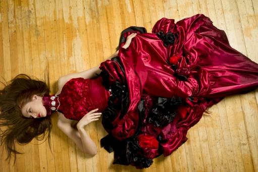 人間 人物 ポートレート ポートレイト 女性 ロングヘア 外国人 外国の女性 外国人女性 ブロンド 金髪  赤いドレス 赤ドレス バラドレス 貴婦人 ゴシック アメリカンスリーブ 肩出し  ネックレス アクセサリー 首飾り 寝る 横になる 倒れる フローリング 横顔 肘を曲げる スカートを掴む スカートをつかむ セクシー 色気 mdff098